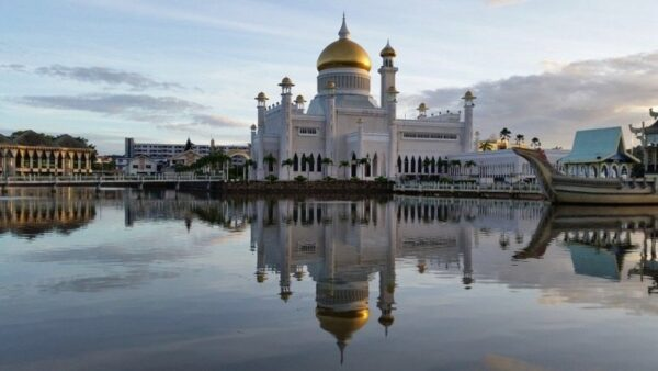 Sultan Omar Ali Saifuddien Mosque Brunei Photo by Travel Sisters